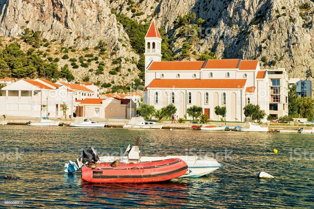 Segelboote am Adriatischen Meer von Omis Kroatien Lizenzfreies stock-foto