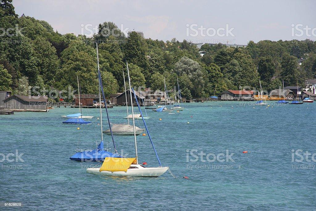 Segelboote auf See – Foto