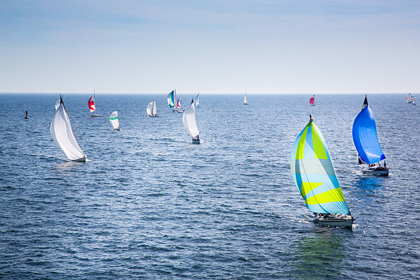 segelboote racing - regatta stock-fotos und bilder