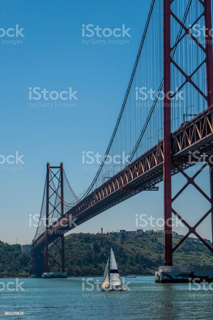 Voiliers moins de 25 avril pont à Lisbonne - Photo de Avril libre de droits
