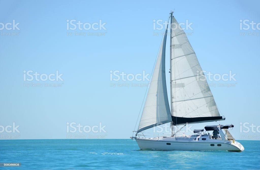 sailing a boat in the gulf of mexico - foto stock