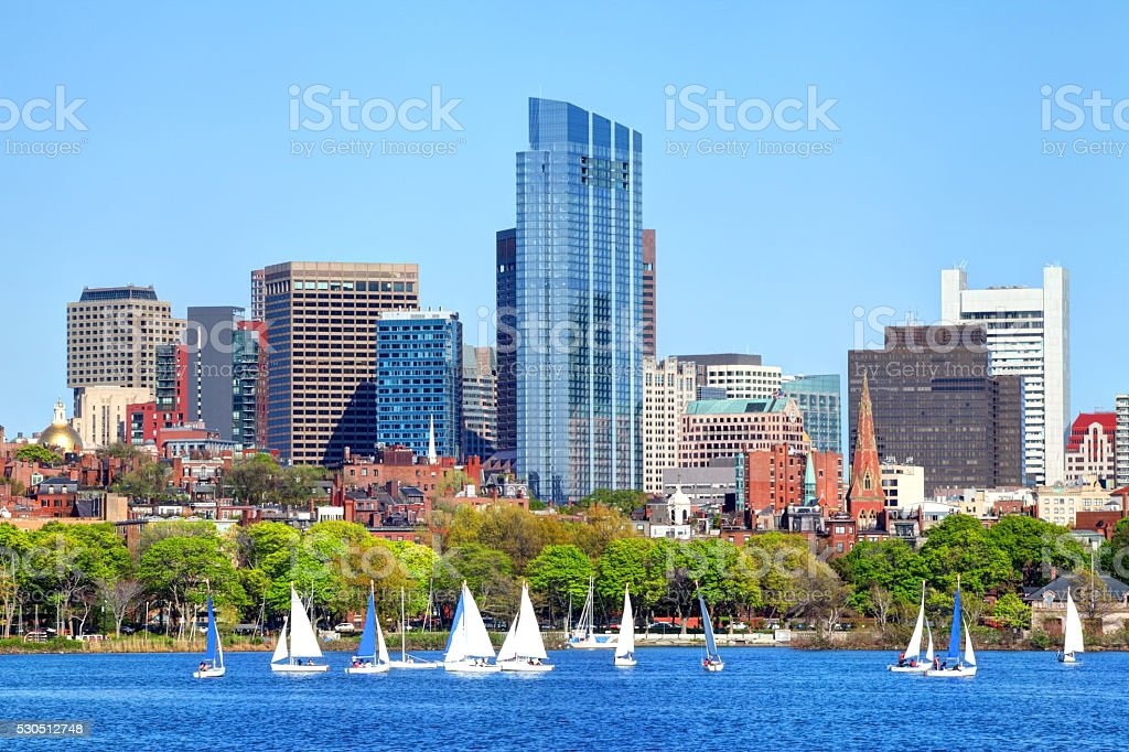 Vela ao longo do horizonte de Boston e do rio Charles - foto de acervo