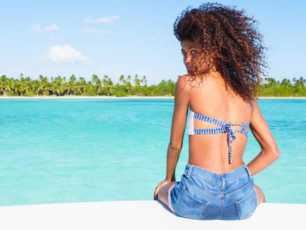 navegando por el mar caribe - mujeres dominicanas fotografías e imágenes de stock