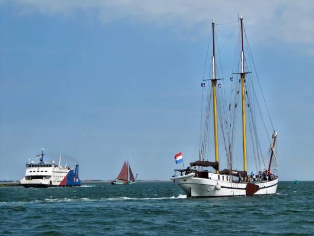 segeln-antike trifft moderne - bemalte tontöpfe stock-fotos und bilder