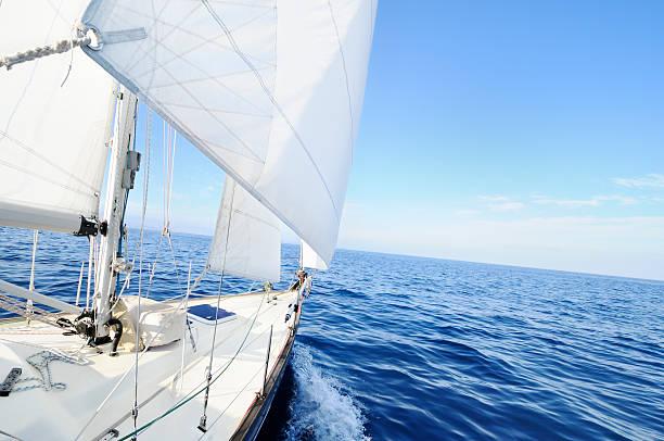 Barcos à vela no mar - foto de acervo