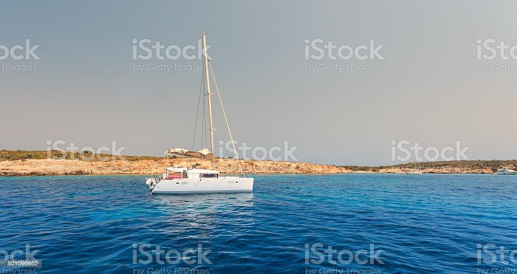 Segelboot auf dem Meer in der Nähe der Insel treiben – Foto