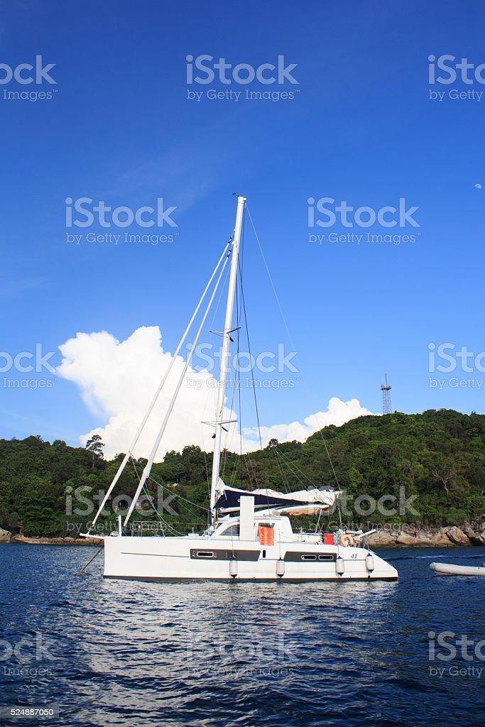 Парусные лодки на море и белый Чистая вода залив beach Стоковые фото Стоковая фотография