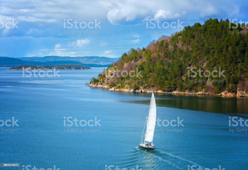 Barco à vela no Fiorde de Oslo - Foto de stock de Azul royalty-free