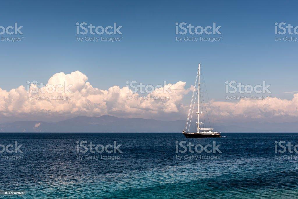 Barco à vela no mar Jônico - foto de acervo
