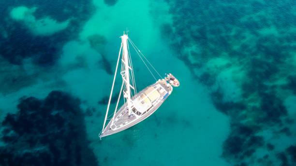 barco de vela en el agua turquesa de mallorca - pbsm fotografías e imágenes de stock