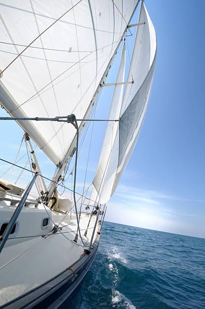 Yacht Segeln auf dem Horizont auf den Tag – Foto