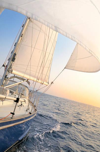 Segelboot unter Segel am Abend – Foto