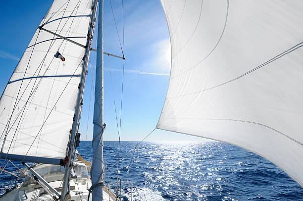 Segelboot bei Sonnenuntergang shingn behing sail – Foto