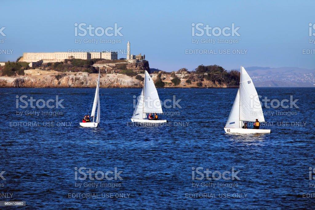 bateaux à voile dans la baie sur le fond de Alcatras à San Francisco - Photo de A l'abandon libre de droits