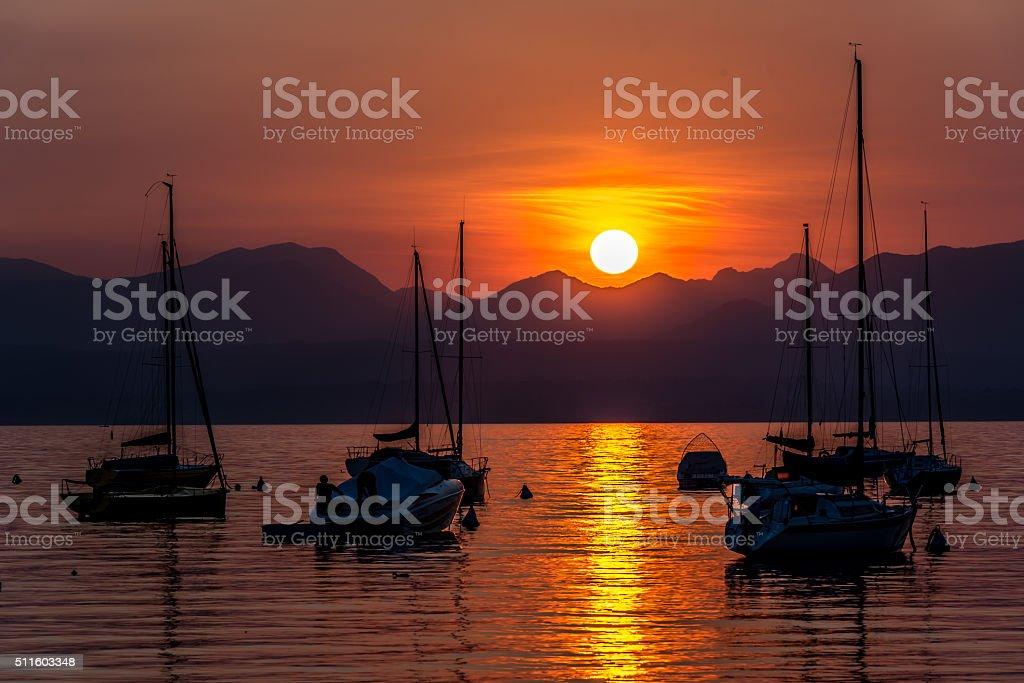 Voiliers sur le lac de Garde, Italie au coucher du soleil - Photo