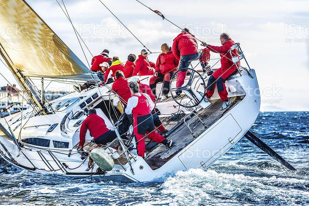 Segeln crew auf Segelboot während der regatta – Foto