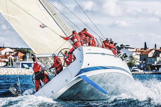 Tripulação de barco à vela durante o regatta - foto de acervo