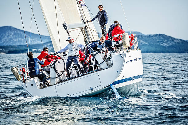 segeln crew auf segelboot während der regatta - segeln stock-fotos und bilder