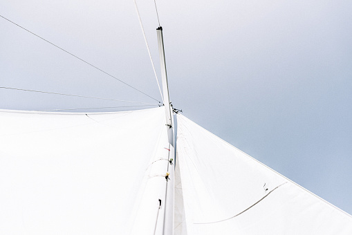 Salida en barco de vela blanca en verano en la costa brava de Cataluña.