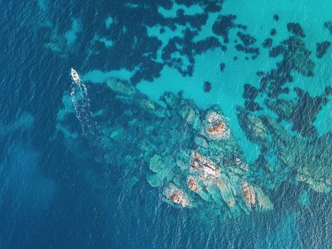 istock Sailing near reefs 815087806