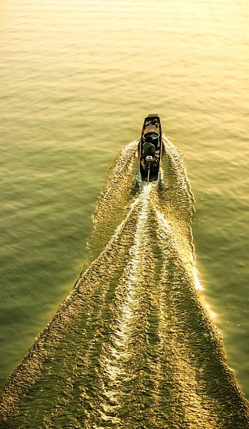 segeln auf einsamen - rudermaschine stock-fotos und bilder
