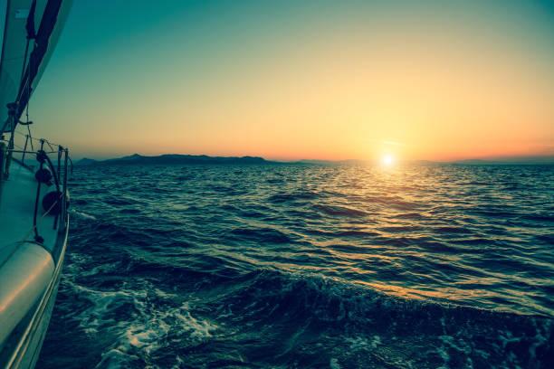nave de lujo yate velero en el mar durante la puesta de sol increíble. - set deportivo fotografías e imágenes de stock