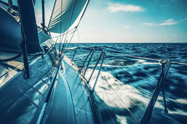 Segeln mit Segelboot bei Sonnenuntergang – Foto