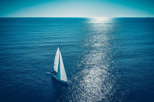 Segeln mit Segelboot, Blick von der Drohne – Foto