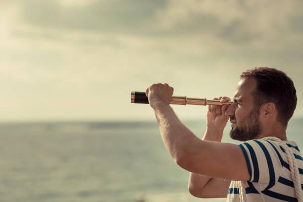 Seemann Mann Blick durch das Fernglas – Foto