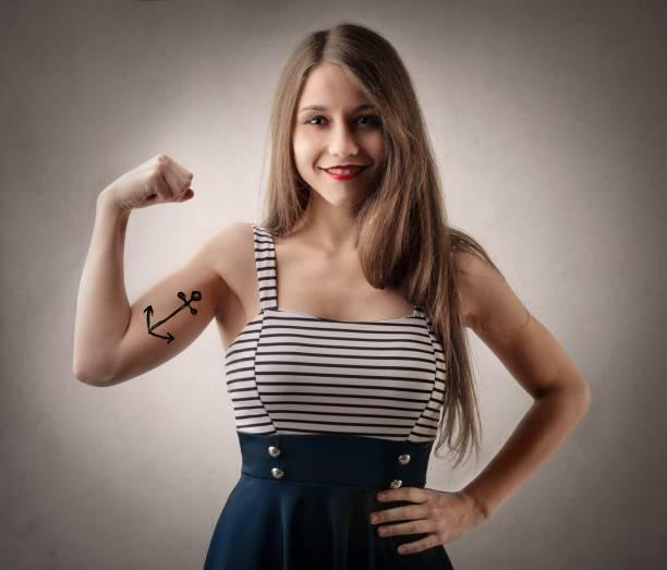 matrose frau - tattoos frauen arm stock-fotos und bilder