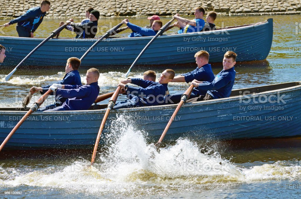 Sailors compete on rowing boats. - Стоковые фото Адреналин роялти-фри
