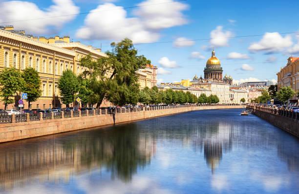 saint isaac cathedral over moyka rivier, st petersburg, rusland - neva stockfoto's en -beelden
