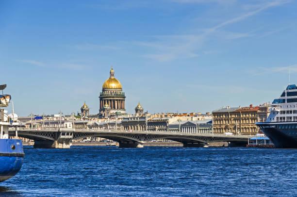 saint isaac's cathedral achter de blagoveshchenskiy brug en de rivier de neva met de cruise liner azamara - neva stockfoto's en -beelden