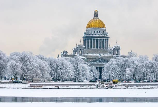 saint isaac's cathedral in de winter, sint-petersburg, rusland - neva stockfoto's en -beelden
