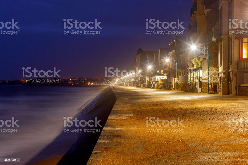 Saint-Malo. El terraplén de la ciudad por la noche. - Foto de stock de Aire libre libre de derechos
