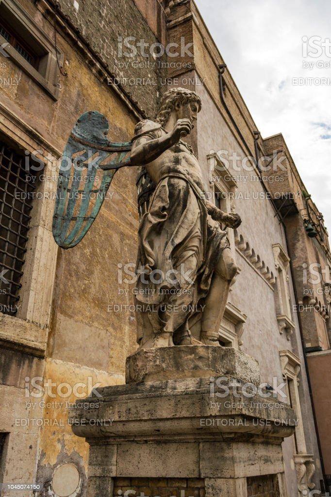 Escultura de San Miguel Arcángel en el antiguo Castel Sant'Angelo - foto de stock