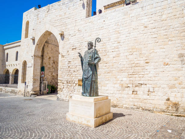statue de saint-nicolas, bari, italie. statue près de célèbre christian basilica of saint-nicolas - saint nicolas photos et images de collection
