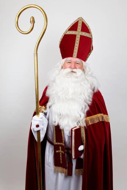 saint nicolas avec personnel rouge robe et onglets - saint nicolas photos et images de collection