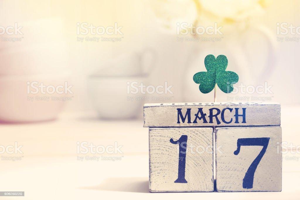 Trébol de Day de San Patricks verde con calendario - foto de stock