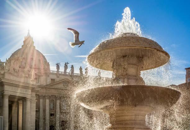 Columnata de la basílica papal en puesta del sol, Roma, Italia, Europa en Saint Peter. Plaza de Roma San Pedro en el Vaticano es un emblemático y la atracción de Roma y de Italia - foto de stock