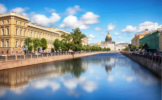 sint-petersburg, isaac kathedraal, gracht en huizen aan het water-rusland - neva stockfoto's en -beelden