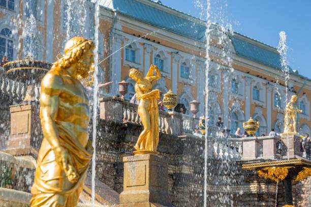 de belangrijkste attracties in sint-petersburg - peterhof stockfoto's en -beelden