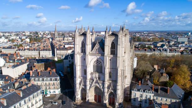 cathédrale saint pierre saint paul dans le centre-ville de nantes - nantes photos et images de collection