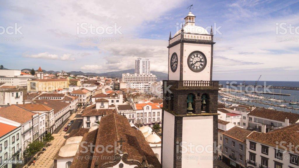 Saint Nicolas église avec la tour de l'horloge à Ponta Delgada sur l'île de Sao Miguel dans les Açores, Portugal. Belle église en début de matinée sous les nuages blancs. photo libre de droits