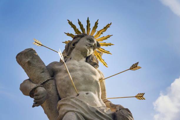 St. Sebastian mit Pfeilen Märtyrer Statue, marianische Pestsäule der heiligen Rosalia, Kloster Velehrad, Moravia, Tschechien, sonnigen Tag strahlend blauen Himmel geschossen – Foto
