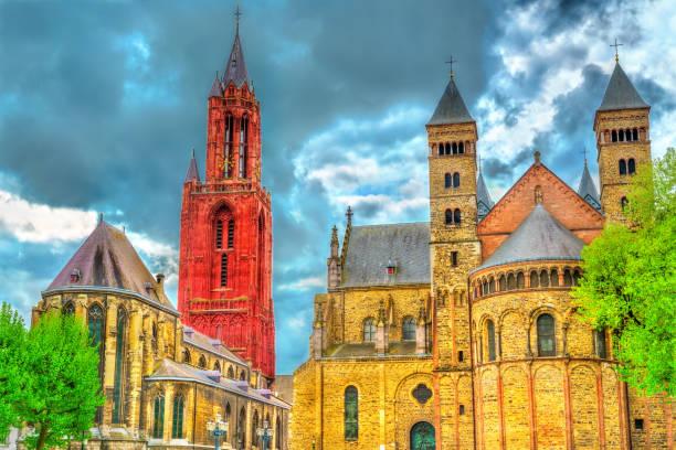 basiliek van sint servatius en st. john kerk op het plein van het vrijthof in maastricht, nederland - maastricht stockfoto's en -beelden