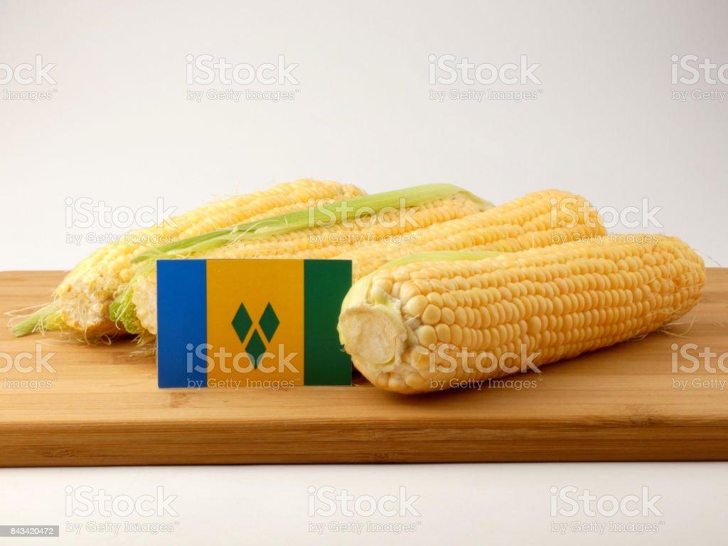 Bandeira de São Vicente e Granadinas em um painel de madeira com milho isolado em um fundo branco - foto de acervo