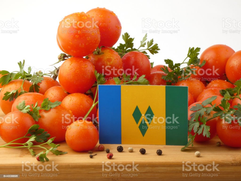 Bandeira de São Vicente e Granadinas em um painel de madeira com tomates isolado em um fundo branco - foto de acervo