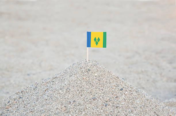 saint vincent und die grenadinen flagge am strand - st. vincent und die grenadinen stock-fotos und bilder
