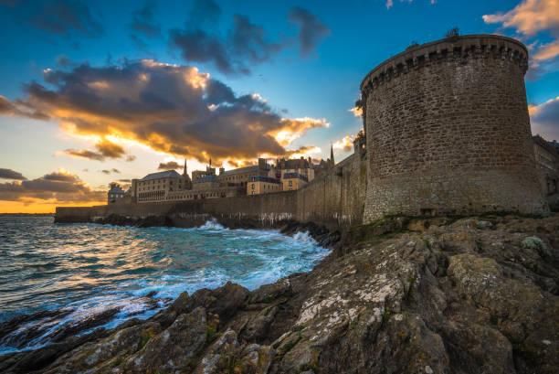 saint-malo, historische ommuurde stad in bretagne, frankrijk - versterkte muur stockfoto's en -beelden